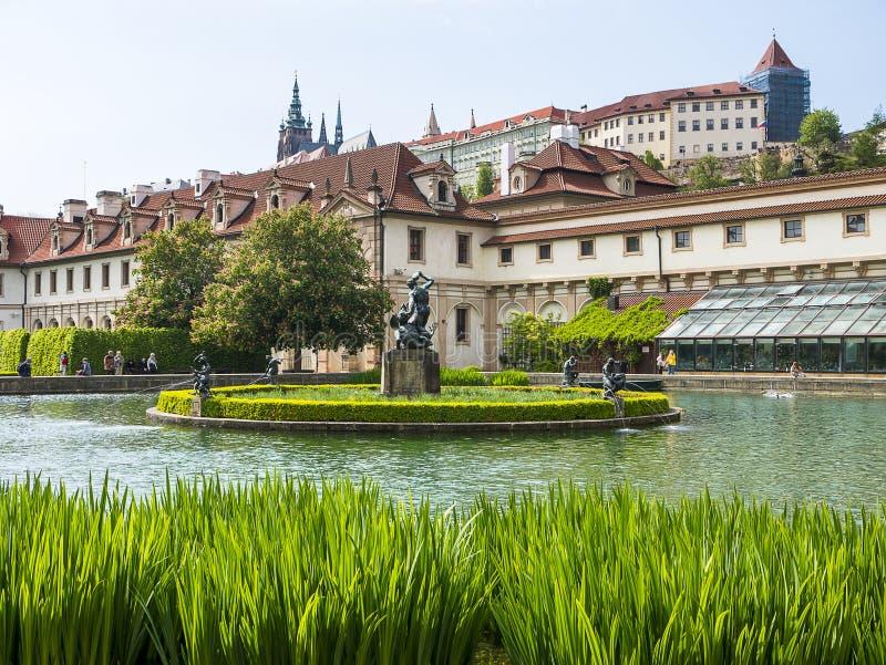 De Senaatstuin met pool in de Waldstein-paleistuin, Mala-strana, Praag royalty-vrije stock fotografie