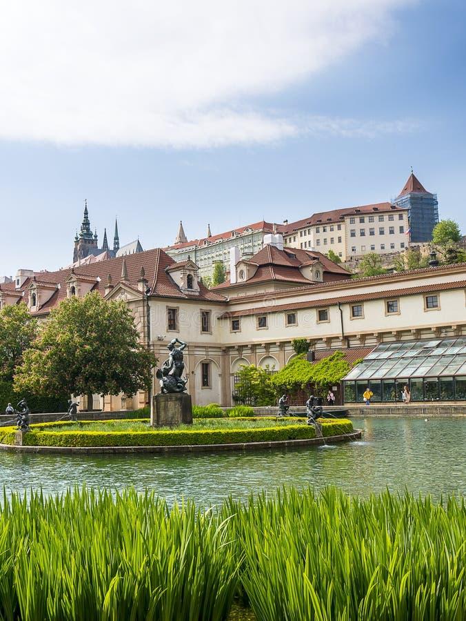 De Senaatstuin met pool in de Waldstein-paleistuin, Mala-strana, Praag royalty-vrije stock afbeeldingen