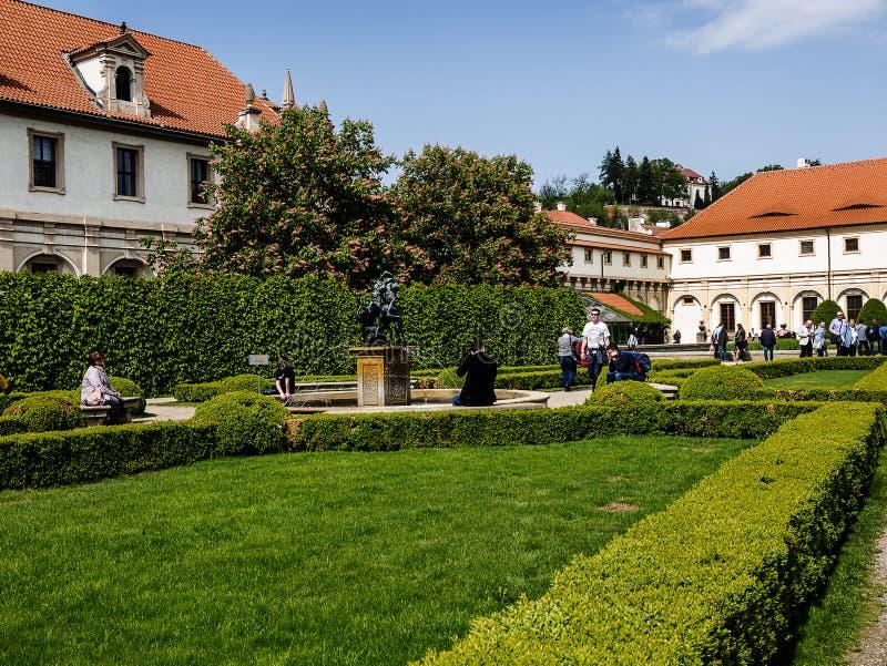 De Senaatstuin met pool in de Waldstein-paleistuin, Mala-strana, Praag stock afbeelding