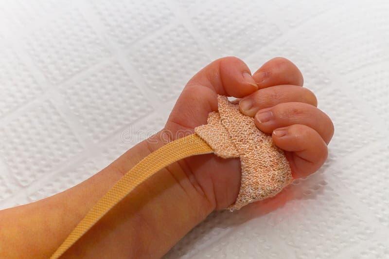 De sensor van impulsoximeter op de hand van het pasgeboren close-up van de babyeenheid royalty-vrije stock fotografie