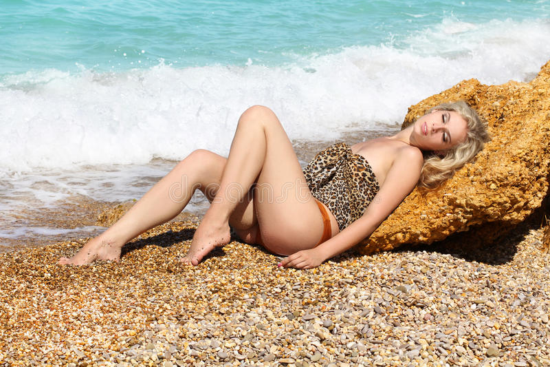 De sensuele mooie vrouw van de zomer sunbath stock afbeeldingen