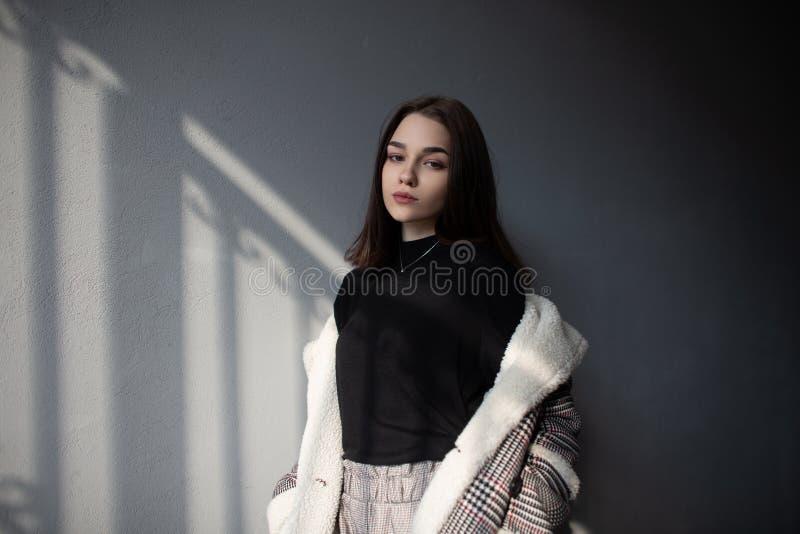 De sensuele vrij aantrekkelijke jonge donkerbruine vrouw met natuurlijke samenstelling in een uitstekend geruit jasje in een over royalty-vrije stock foto's