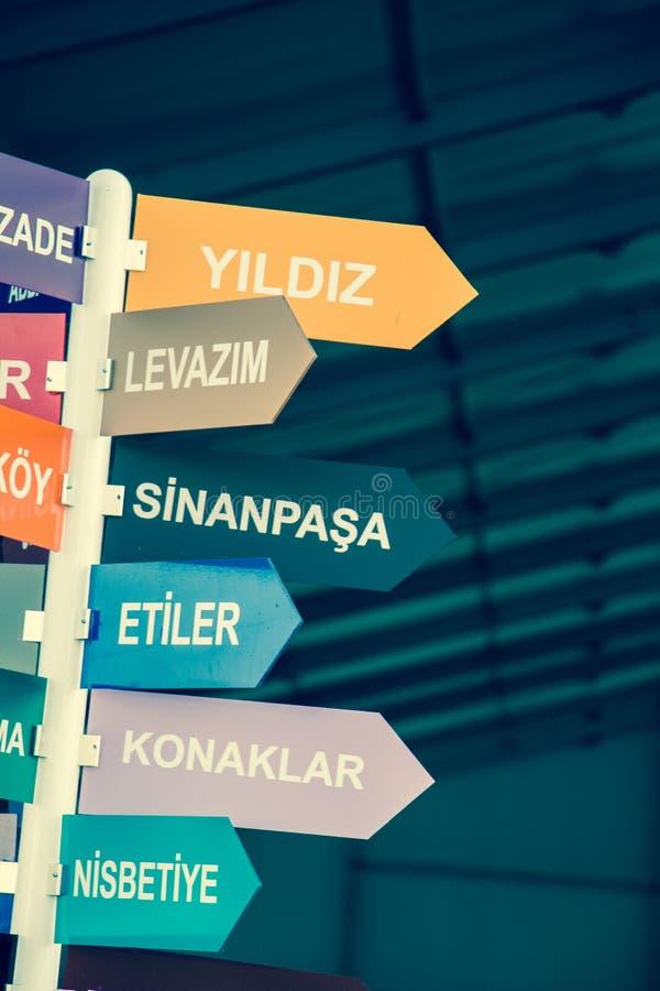 De sentido dos sinais cidade colorida de Istambul dentro, Turquia fotos de stock
