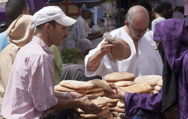 De sept. el 15 de MARRAKESH, MARRUECOS: Una parada ocupada del pan en el mercado o imagenes de archivo