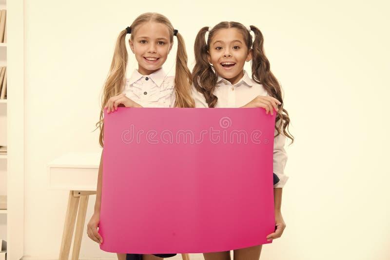 1 de septiembre Concepto de felicitaciones Noticias asombrosas Banner de felicitaciones para chicas Escolares sosteniendo pancart imágenes de archivo libres de regalías