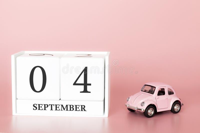 4 de septiembre D?a 4 de mes Cubo del calendario en fondo rosado moderno con el coche fotografía de archivo libre de regalías