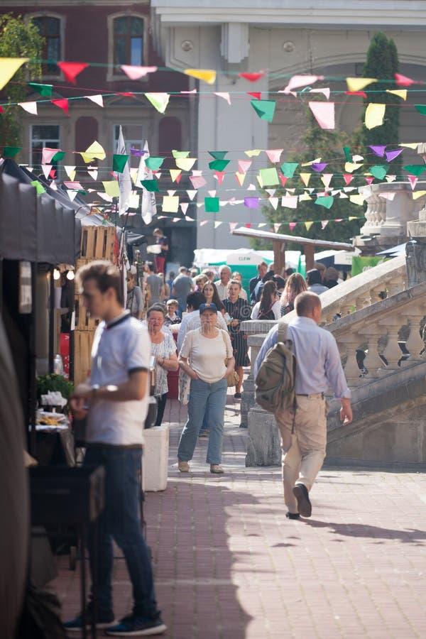 19 de septiembre de 2018, Lviv, Ucrania: Turistas en la calle de la ciudad vieja imágenes de archivo libres de regalías