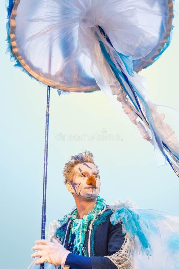 10 de septiembre de 2017 Rusia, Moscú Actor de la calle en una medusa del papel Festival brillante de la gente libre illustration