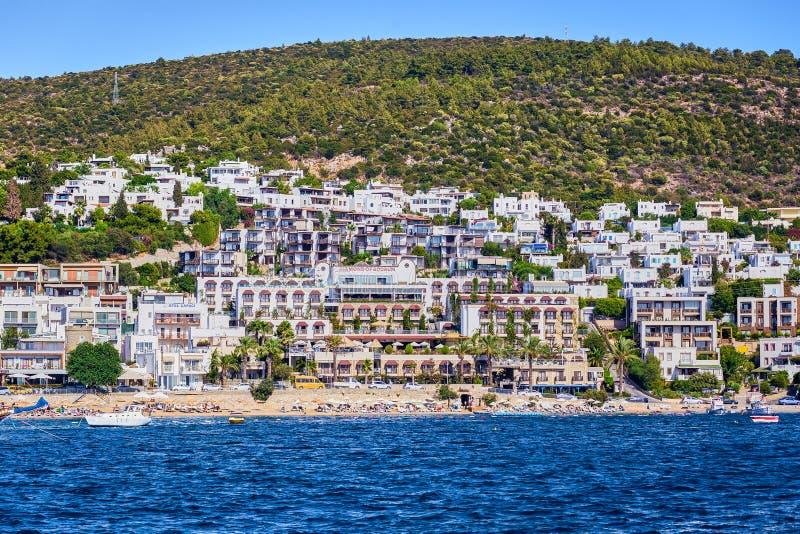 14 de septiembre de 2017 - Turquía, Bodrum Agua de la turquesa cerca de la playa en centro turístico turco del mar egeo de la cos fotos de archivo