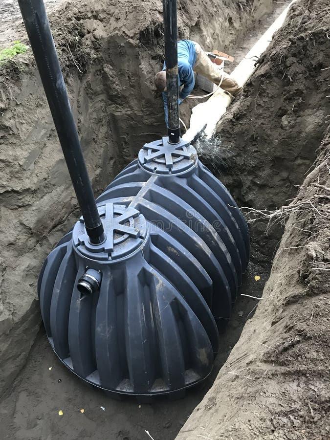 De septische installatie van het uitlogingsgebied met tank stock afbeelding