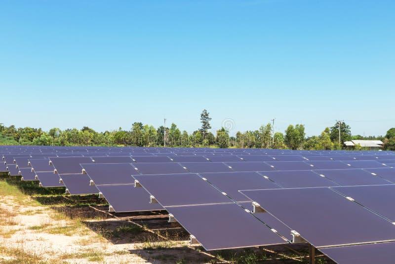 De serie van dunne filmzonnecellen of amorfe siliciumzonnecellen of photovoltaics in zonneelektrische centrale verschijnt absorbe stock afbeeldingen