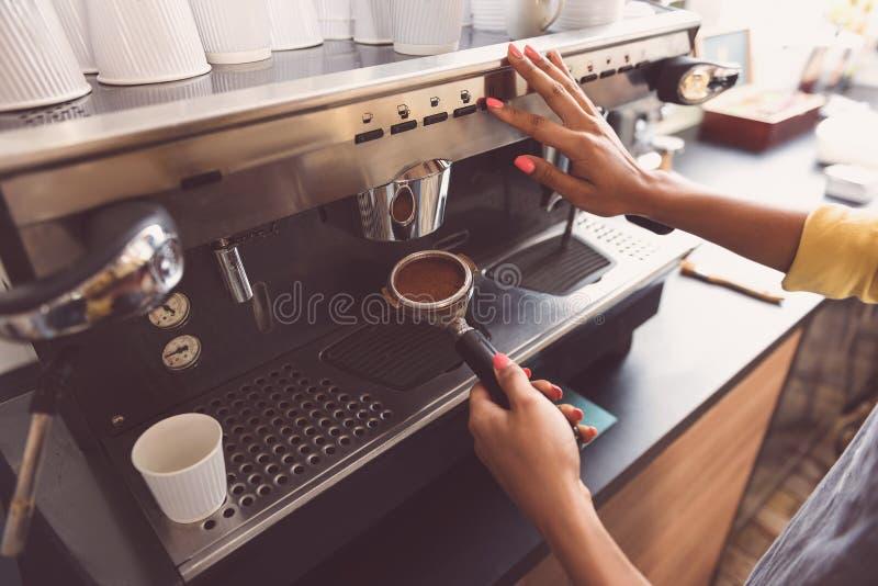 De serveerster bereidt hete drank voor klant voor royalty-vrije stock foto