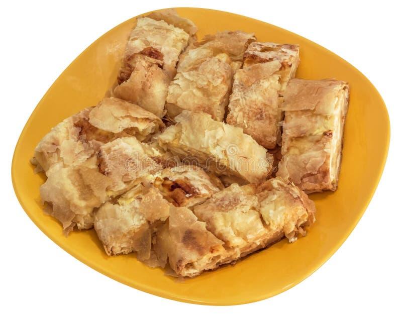 De Servische Traditionele die Plakken van de Pasteigibanica van het Kaasbroodje op Gele Ceramische die Plaat worden aangeboden op stock afbeelding