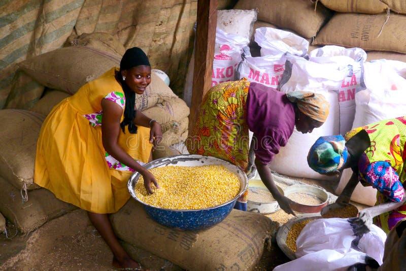 3 de setembro de 2015 - Accra, Gana: Jovem mulher em um mercado colorido em Gana rural foto de stock royalty free