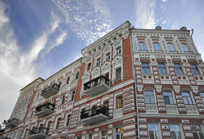 12 de setembro de 2010 - arquitetura hist?rica antiga no centro de Kiev contra o c?u azul com nuvens brancas foto de stock