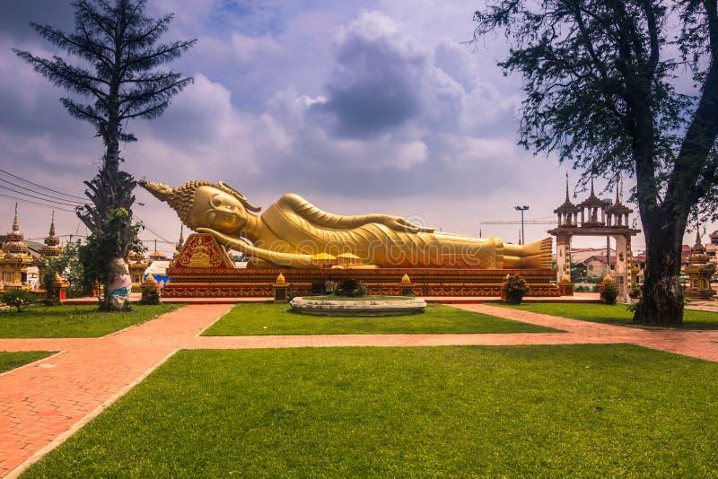 26 de setembro de 2014: Buda dourada gigante em VIentiane, Laos fotos de stock royalty free