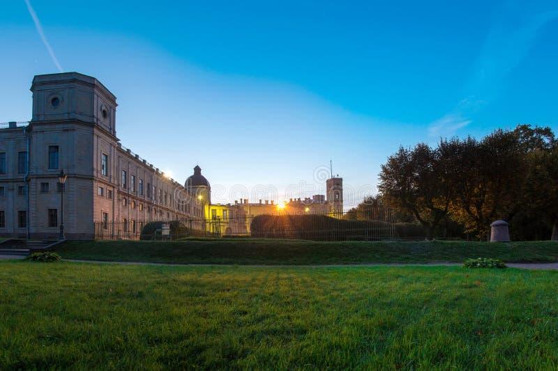 12 de setembro de 2014, Gatchina, Rússia, o palácio grande de Gatchina, noite imagens de stock