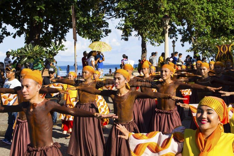 16 de setembro de 2017, Dumaguete, Filipinas - as crianças de sorriso que participam no traje da rua desfilam imagens de stock