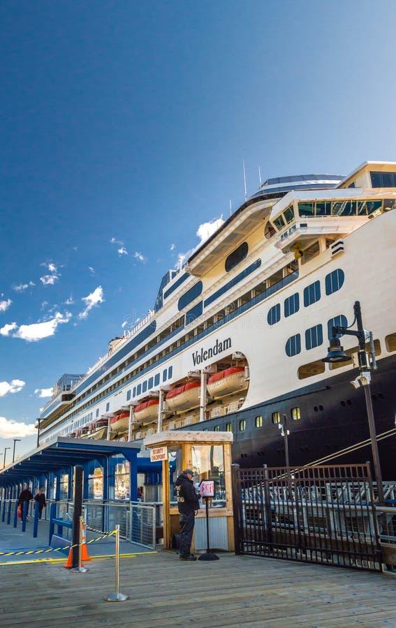 14 de setembro de 2018 - Juneau, Alaska: Ponto de verificação da segurança na doca do navio de cruzeiros fotografia de stock royalty free