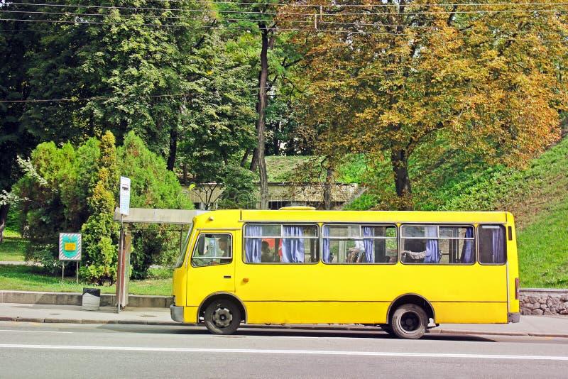 2 de setembro de 2017, Kiev - Ucrânia; Ônibus na parada do ônibus foto de stock royalty free
