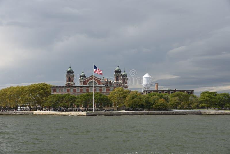 13 de setembro de 2017, porto de New York, New York Uma vista da baía superior de Ellis Island As Seen From New York fotos de stock royalty free