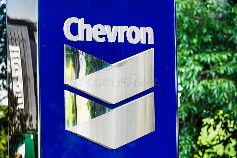 25 de setembro de 2019 San Ramon / CA / EUA - Sinal Chevron na sua sede social na área de baía de São Francisco; A Chevron Corpor foto de stock royalty free
