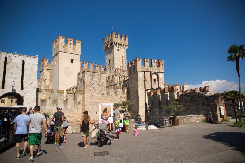 7 de setembro de 2018 Sirmione, província de Bríxia, Itália do norte castelo medieval Scaliger no lago Lago di Garda fotos de stock