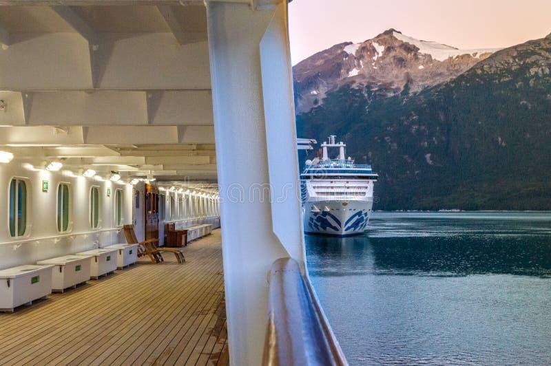 15 de setembro de 2018 - Skagway, AK: Navios de cruzeiros do amanhecer que entram na entrada de Taiya fotos de stock royalty free