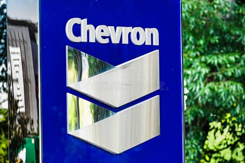 25 de setiembre de 2019 San Ramón / CA / USA - Cartel de Chevron en su sede corporativa en el área de la bahía de San Francisco foto de archivo libre de regalías