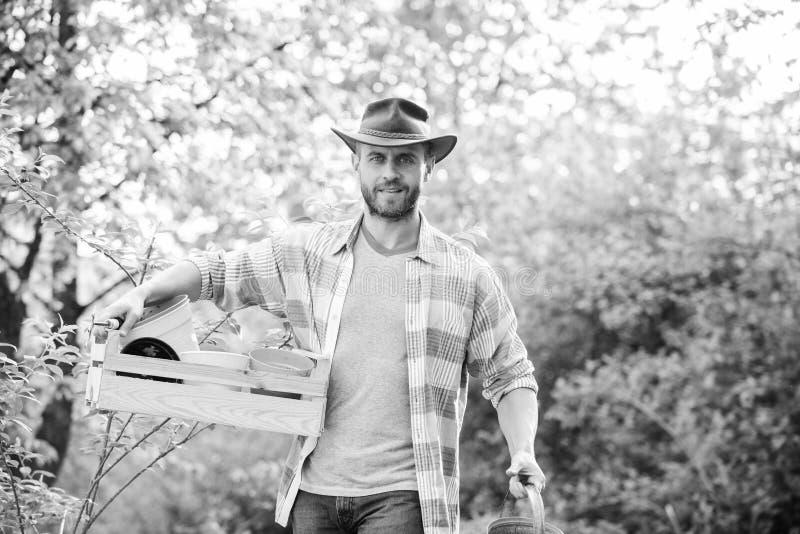 de sexy houten doos van de landbouwersgreep met pot de landbouw en landbouwcultuur Tuinmateriaal Ecobedrijfsmedewerker oogst royalty-vrije stock foto