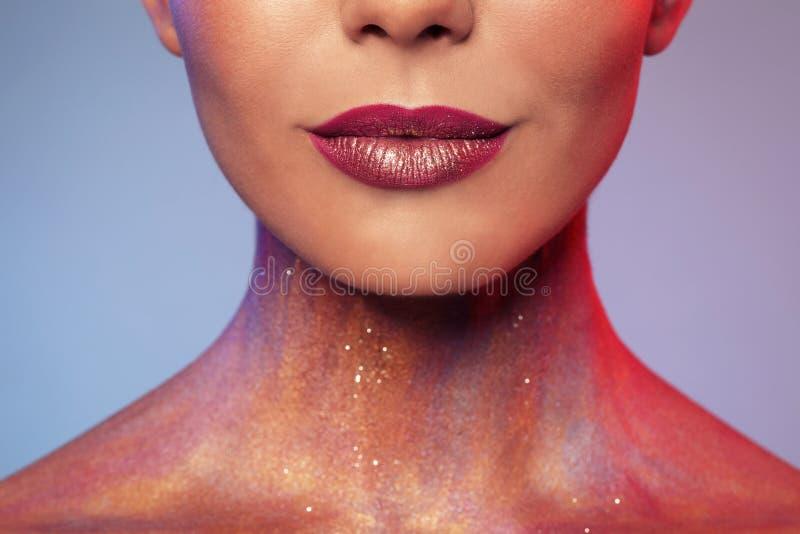 De sexy jonge vrouw met schittert make-up op grijze achtergrond, stock afbeeldingen