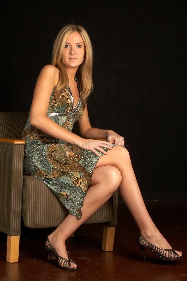 De sexy Jonge Vrouw van de Blonde als Voorzitter royalty-vrije stock foto's