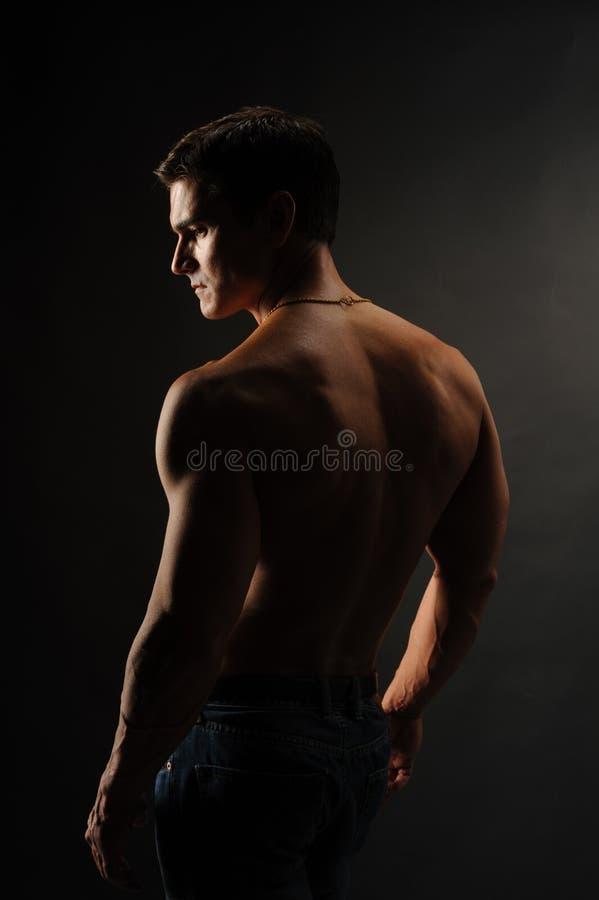 De sexy man stelt voor de camera stock afbeeldingen