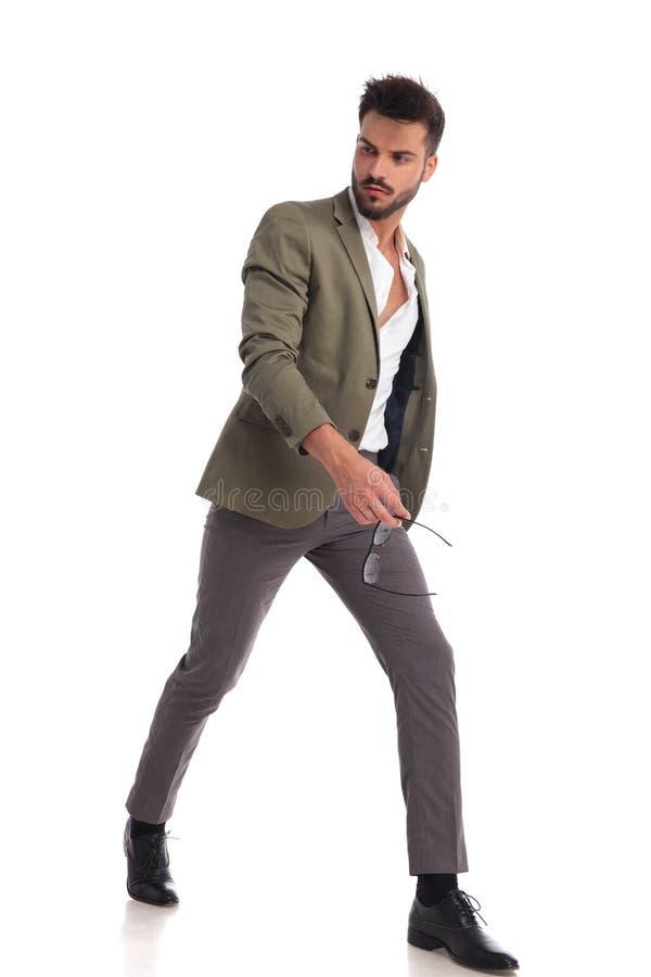 De sexy mens die met ongedaan gemaakt overhemd lopen kijkt aan kant stock afbeeldingen