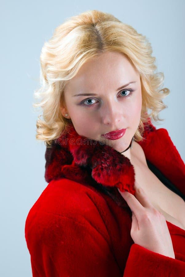 De sexy model dragende rode laag van het de winterbont royalty-vrije stock afbeelding