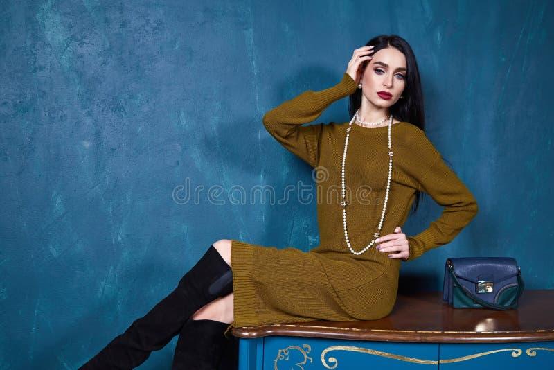 De sexy modieuze slijtage van de donkerbruine onderneemster mooie vrouw royalty-vrije stock fotografie