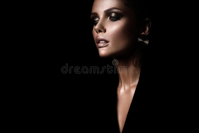 De sexy strikte vrouw met make-up en een modieus kapsel stock afbeeldingen