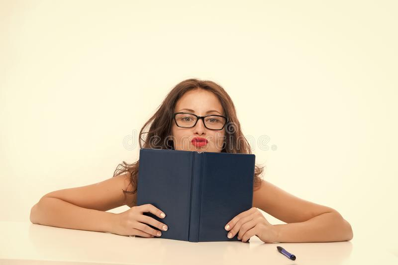 De sexy vrouw geeft lessen van verleiding Sexy vrouw met boek Kennis van verleidingstechnieken Lessen voor de toekomst royalty-vrije stock foto's