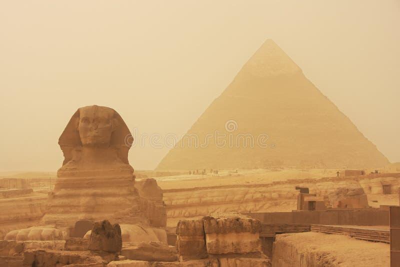 De sfinx en de Piramide van Khafre in een zandstorm, Kaïro royalty-vrije stock foto's