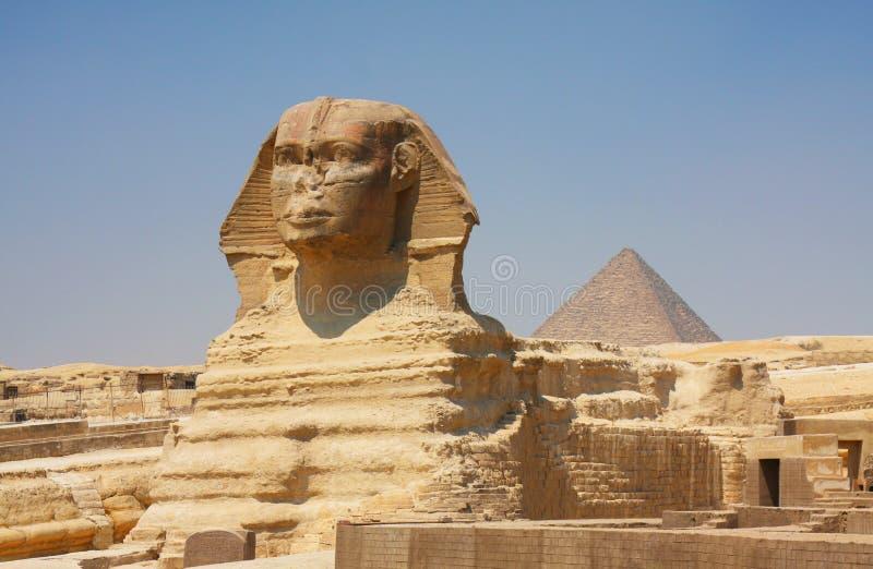 De sfinx en de piramides in Egypte stock foto's
