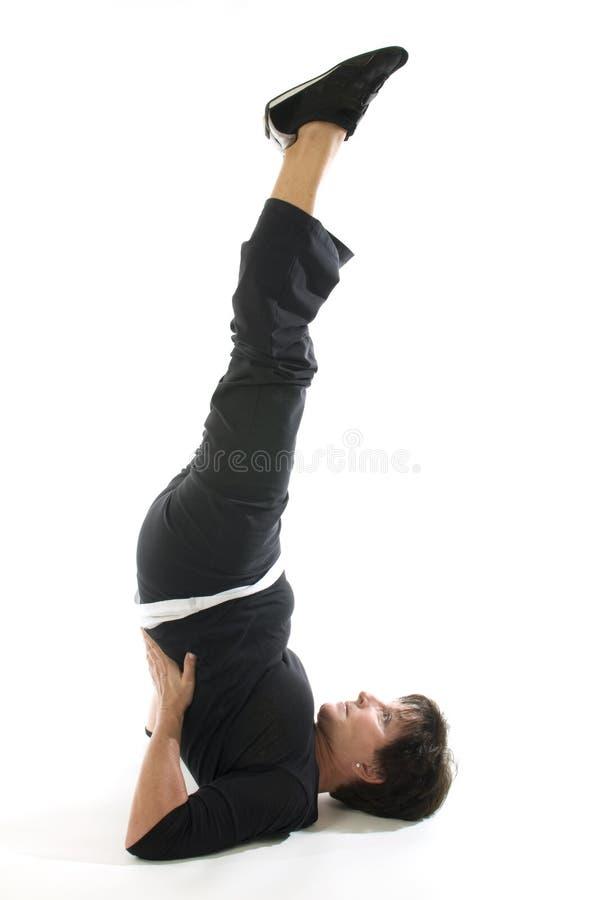 de shoulderstand de position de yoga de femme demi photographie stock