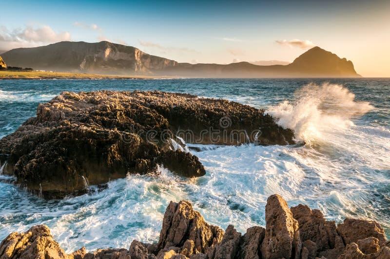 De Siciliaanse kust bij zonsondergang royalty-vrije stock afbeeldingen