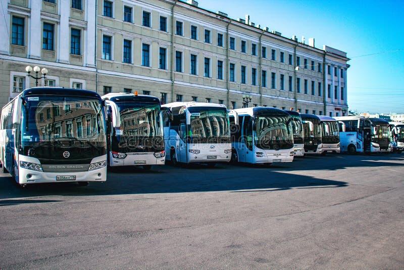 De sightseeingsbussen wachten op toeristen in het parkeerterrein royalty-vrije stock afbeeldingen