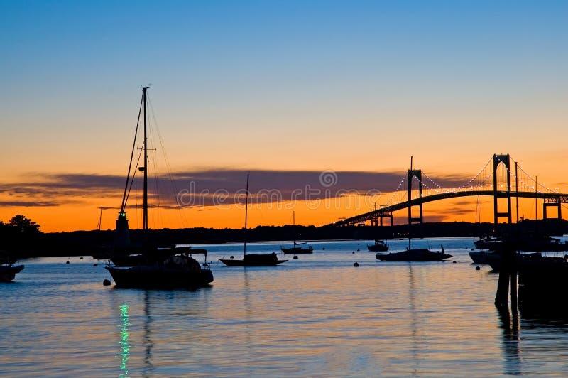 De silhouetten van de zonsondergang stock afbeeldingen