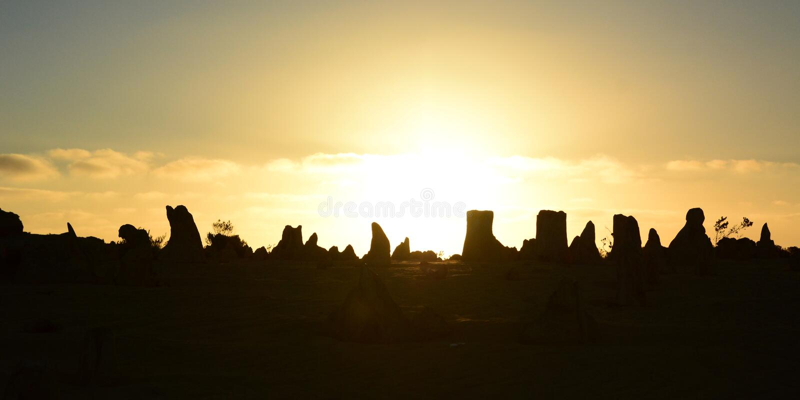 De silhouetten van de toppenwoestijn bij zonsondergang Nambung Nationaal Park cervantes Westelijk Australië australië royalty-vrije stock foto's