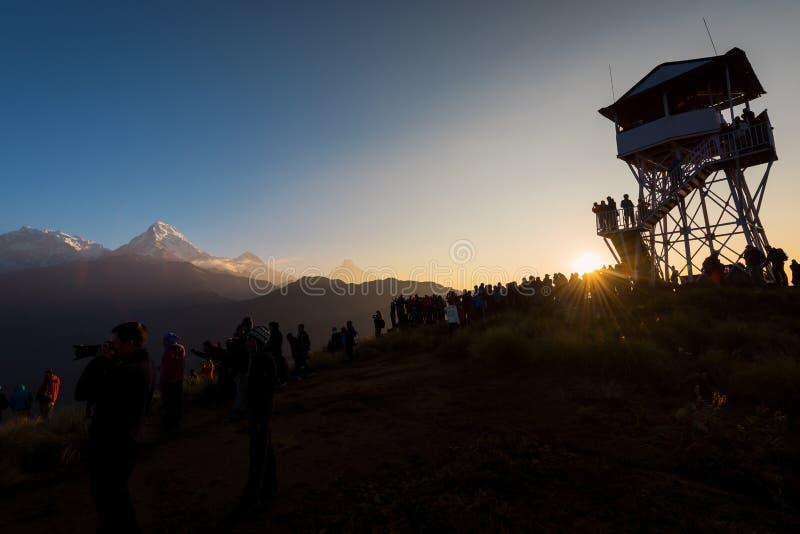 De silhouettoeristen ontmoeten de zonsopgang boven Poonhill 3,210m, Nepal royalty-vrije stock fotografie