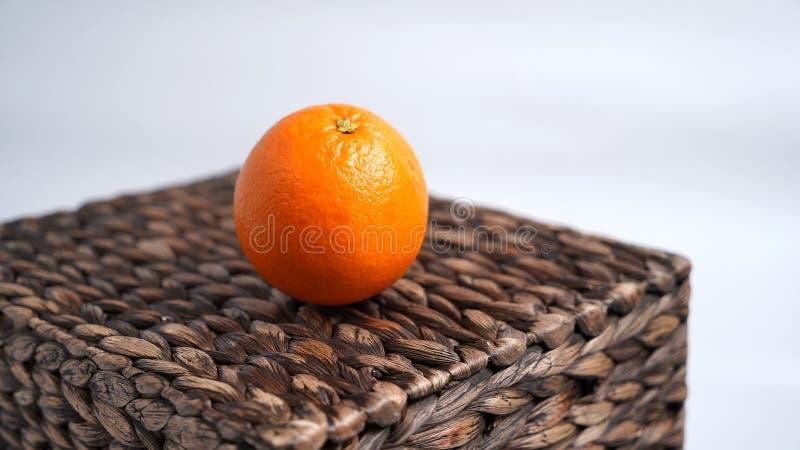 De sinaasappel ligt op rieten doos royalty-vrije stock afbeelding