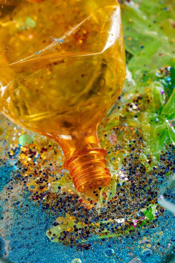 De sinaasappel opende fles van niet-ontbonden plastiek wordt gemaakt dat royalty-vrije stock fotografie