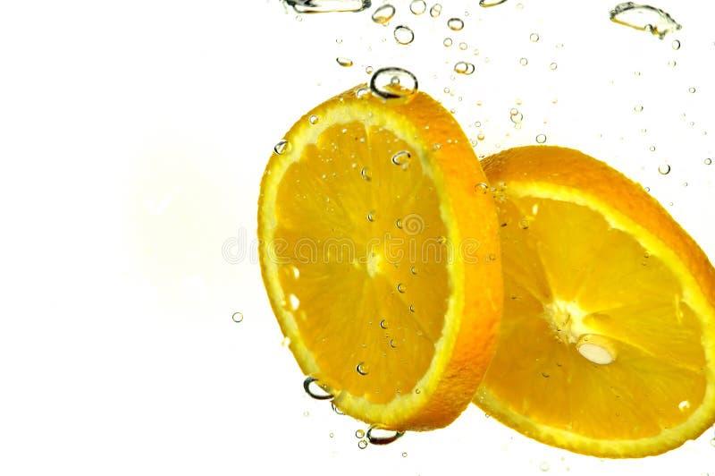 De sinaasappel van de plons met bellenlucht stock foto