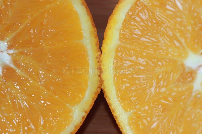 De sinaasappel van de navel die in de helft wordt gesneden royalty-vrije stock foto